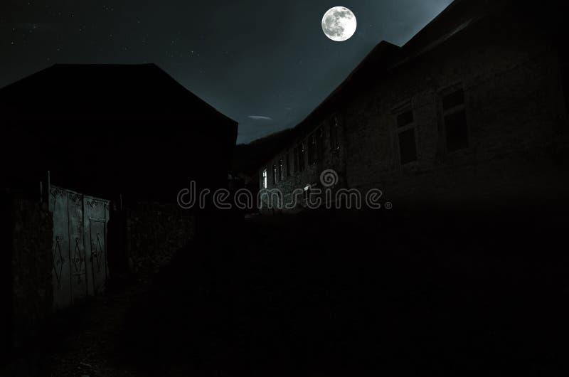 Mooi landschap van Ilisu-bergdorp op de helling De grote bergen van de Kaukasus bij nacht in volle maanlicht Natu van Azerbeidzja royalty-vrije stock foto's