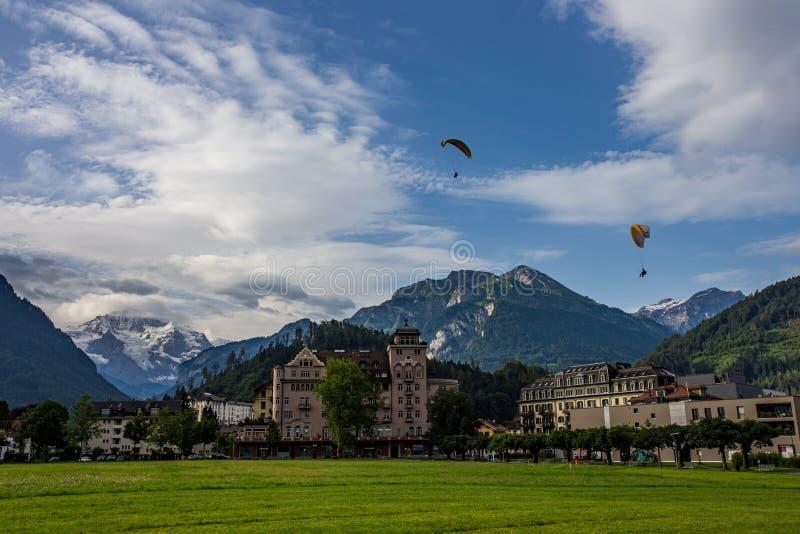 Mooi landschap van Interlaken de stad in met jungfrau piekbehide, Zwitserland stock fotografie