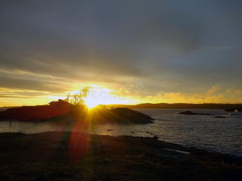 Mooi landschap van Larvik, Noorwegen tijdens zonsondergang in de winter stock fotografie