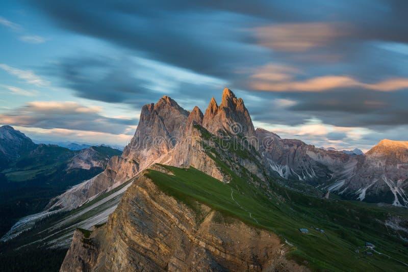 Mooi landschap van Odle-Bergen in Dolomiet, Italië van Seceda bij zonsondergang royalty-vrije stock foto