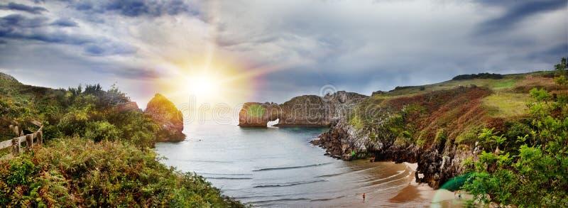 Mooi landschap van strand en kust met bergen en vegetatie Indrukwekkende scène van kust en klippen in Cantabrië, Spanje stock afbeeldingen