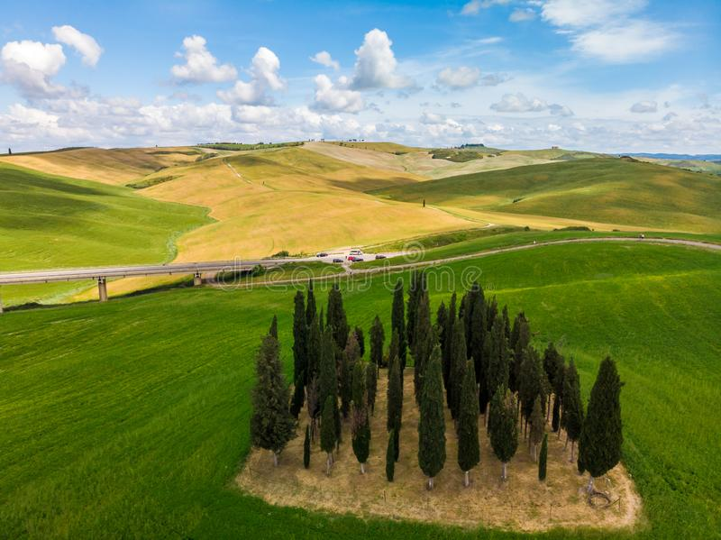 Mooi landschap van Toscanië in Italië - Groep Italiaanse cipressen dichtbij dÂ'Orcia van San Quirico - satellietbeeld - Val-d'O stock foto