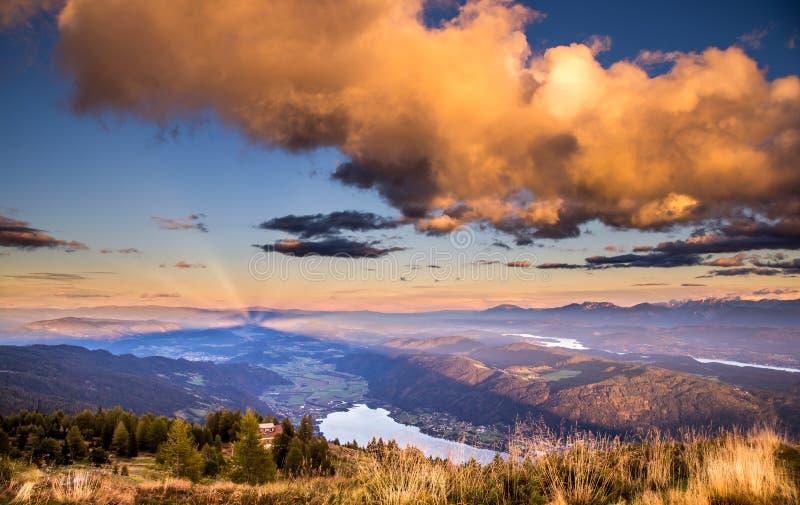 Mooi landschap vanaf de bovenkant van de Oostenrijkse bergen van Alpen stock fotografie