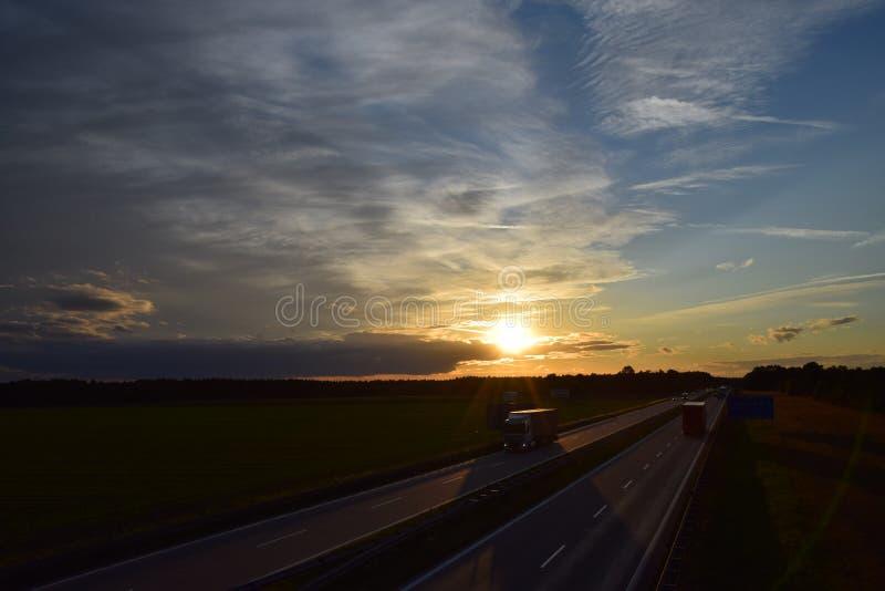 Download Mooi Landschap Zonnige Zonsondergang Stock Foto - Afbeelding bestaande uit mening, achtergrond: 107700338