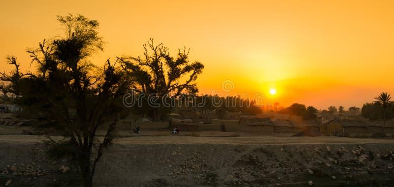 Mooi landschapsbeeld van zonsondergang over een dorp royalty-vrije stock fotografie