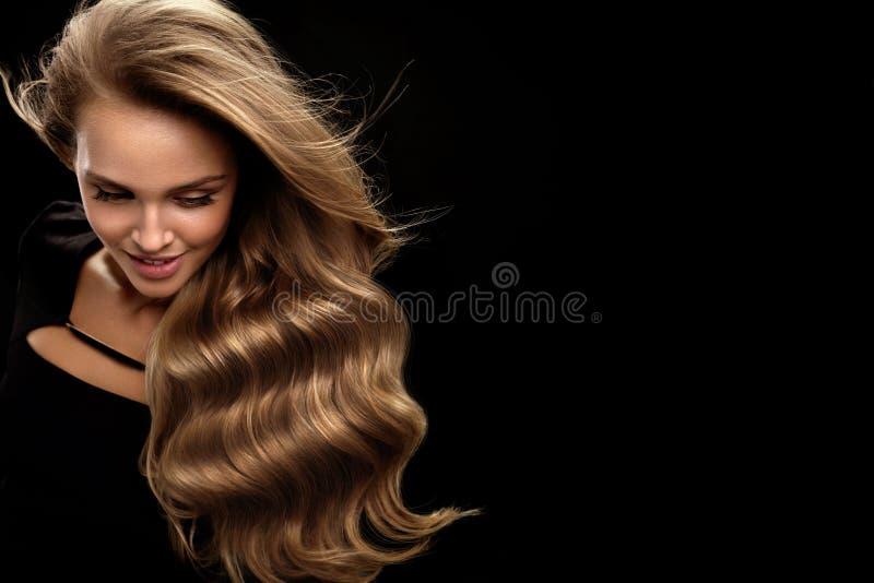 Mooi lang haar Haar van vrouwen het Modelwith blonde curly stock afbeeldingen