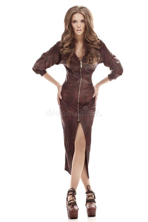 Mooi lang meisje in een strakke bruine leerkleding stock afbeeldingen