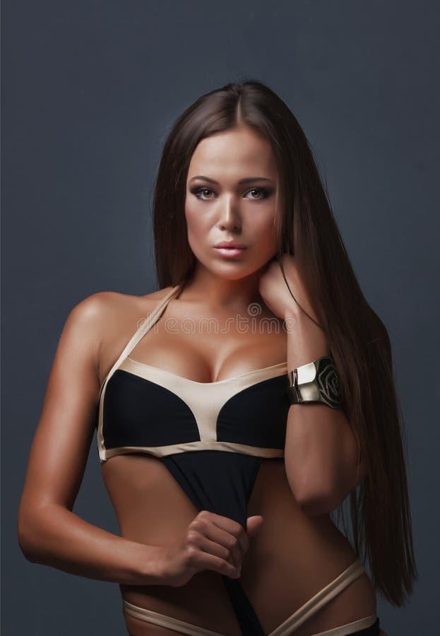 Mooi langbenig brunette in de studio royalty-vrije stock foto