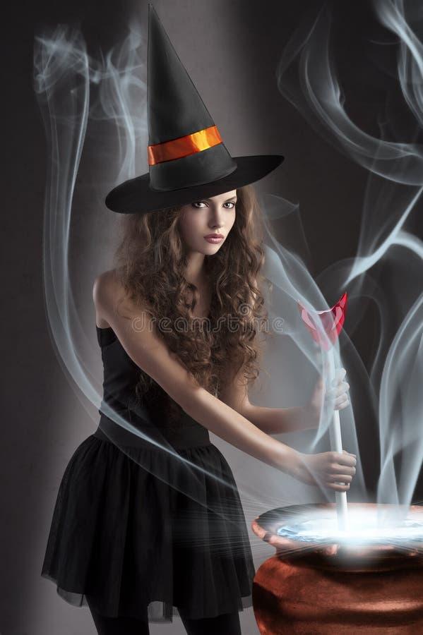 Mooi langharig gekleed meisje Halloween stock foto's