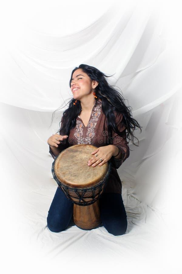 Mooi Latina dat een Djembe Trommel (2) speelt stock fotografie
