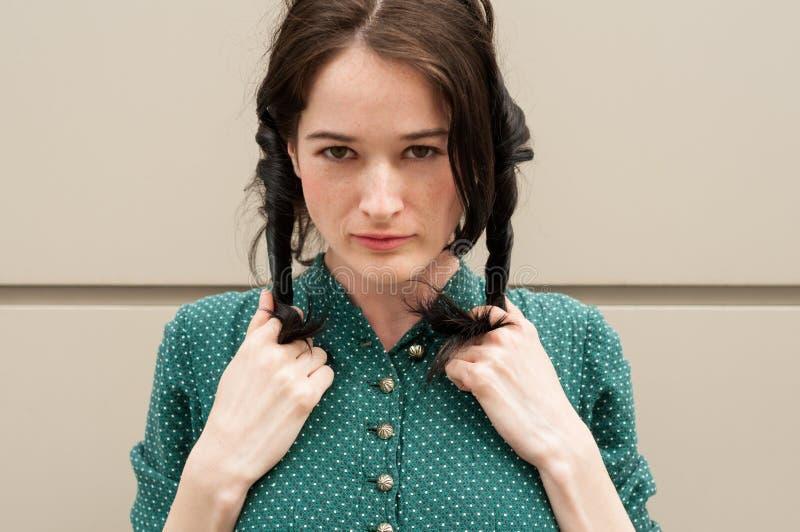 Mooi leuk meisje met natuurlijke blik die vlechten of ponytai maken stock fotografie