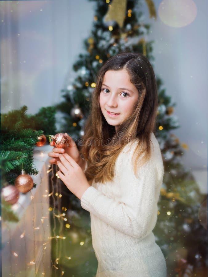 Mooi leuk meisje op een Nieuwjaar` s achtergrond C royalty-vrije stock afbeelding