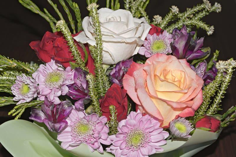 Mooi levend boeket van gemengde bloemen royalty-vrije stock fotografie