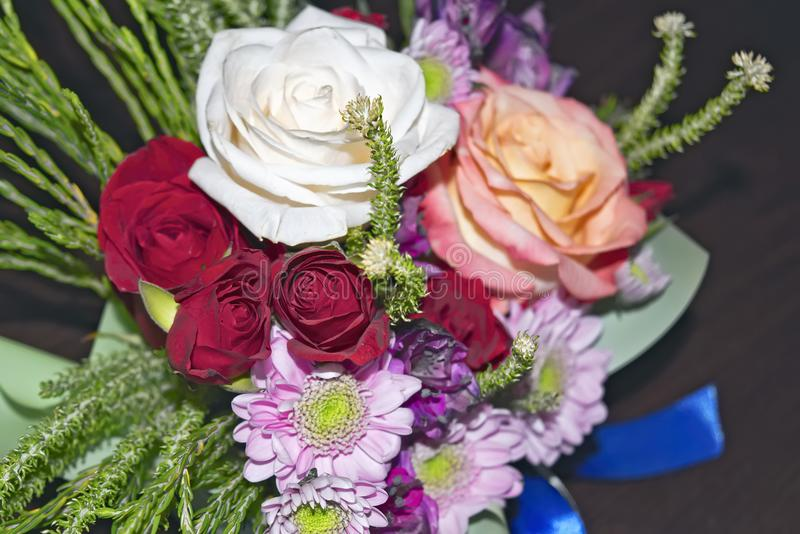 Mooi levend boeket van gemengde bloemen royalty-vrije stock foto's