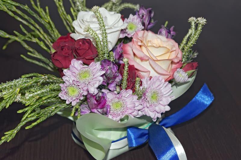 Mooi levend boeket van gemengde bloemen stock afbeelding