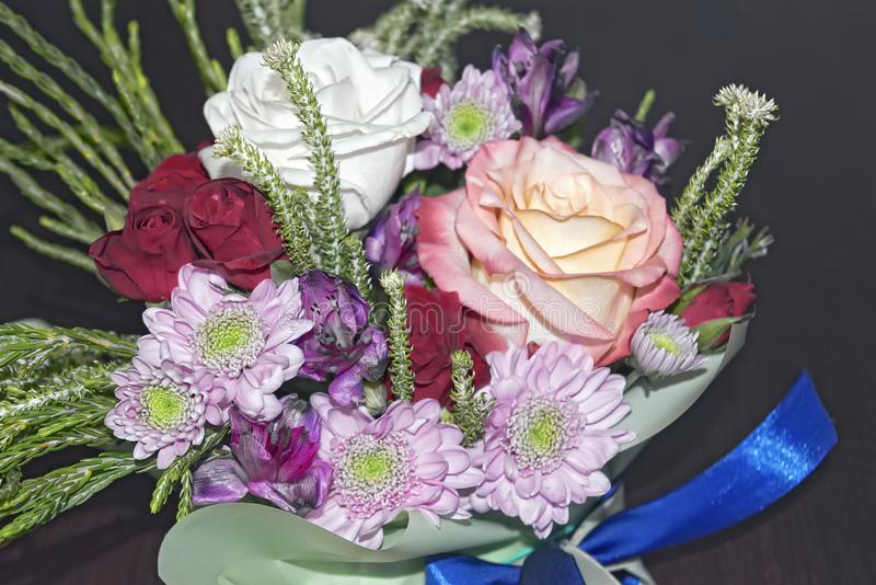 Mooi levend boeket van gemengde bloemen royalty-vrije stock foto