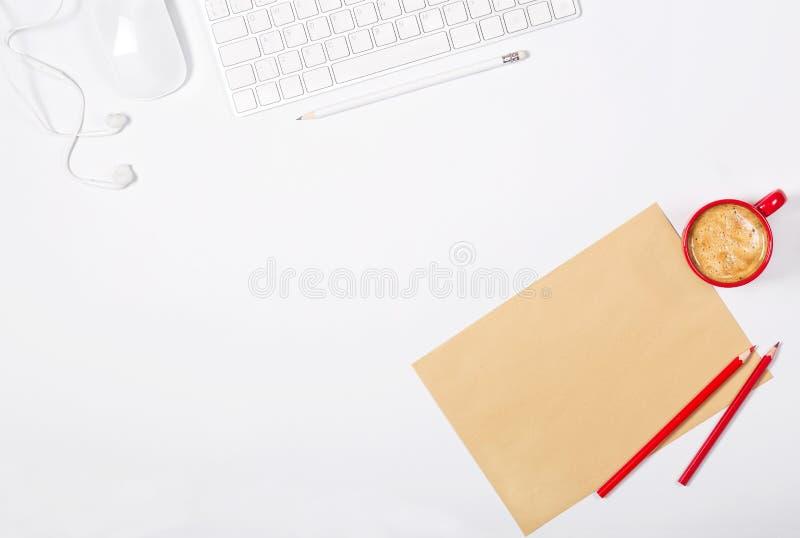 Mooi licht bureaumodel Wit modern toetsenbord, muis, hoofdtelefoons, blad van ambachtdocument, potloden en kleine rode kop van ko royalty-vrije stock afbeeldingen