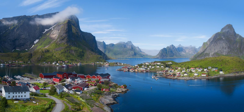 Mooi luchtpanorama van het blauwe overzees die het visserijdorp en de rotsachtige pieken Reine, Moskenes, Lofoten, zonnig Noorweg stock afbeeldingen