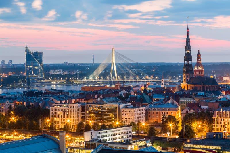 Mooi luchtpanorama van het centrum van Riga en Vansu-brug over Daugava-rivier tijdens verbazende zonsondergang Mening van de verl royalty-vrije stock afbeelding