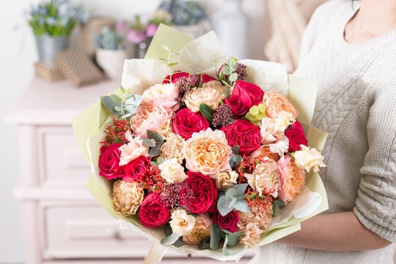 Mooi luxeboeket van gemengde bloemen in vrouwenhand het werk van de bloemist bij een bloemwinkel royalty-vrije stock fotografie