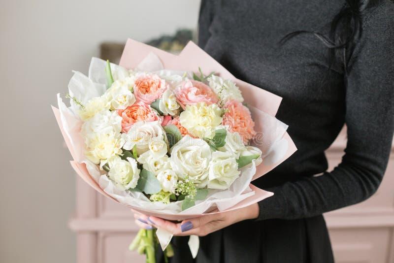 Mooi luxeboeket van gemengde bloemen in vrouwenhand het werk van de bloemist bij een bloemwinkel royalty-vrije stock foto's