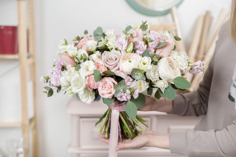 Mooi luxeboeket van gemengde bloemen in vrouwenhand het werk van de bloemist bij een bloemwinkel Huwelijk royalty-vrije stock foto's