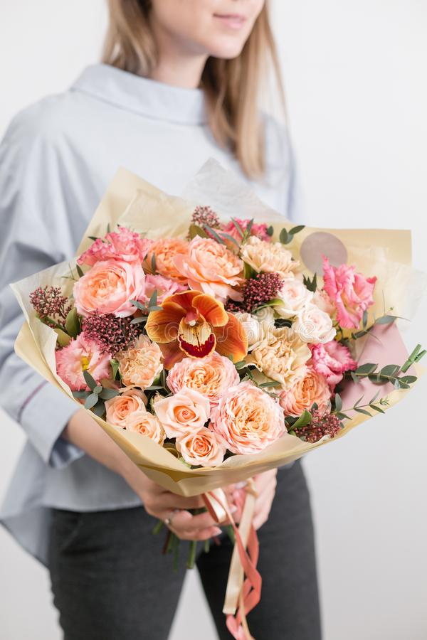 Mooi luxeboeket van gemengde bloemen in vrouwenhand het werk van de bloemist bij een bloemwinkel Een kleine familie royalty-vrije stock foto's