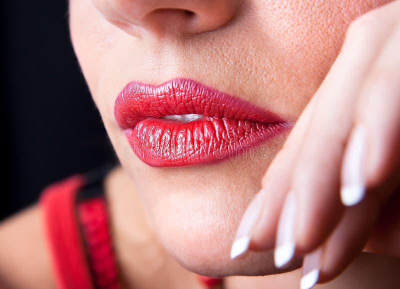 Mooi maak omhoog van heldere rode lippen stock afbeeldingen