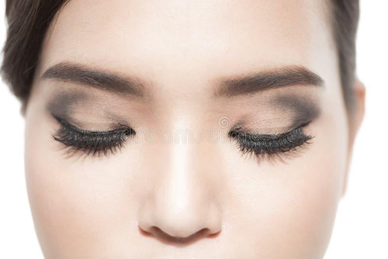 Mooi macroschot van vrouwelijk oog met extreme lange wimpers en zwarte voeringsmake-up Perfecte vormsamenstelling en lange zwepen stock foto