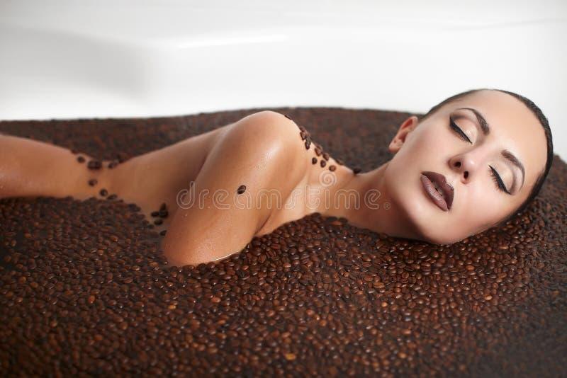 Mooi maniermeisje in Jacuzzi met koffie stock afbeelding