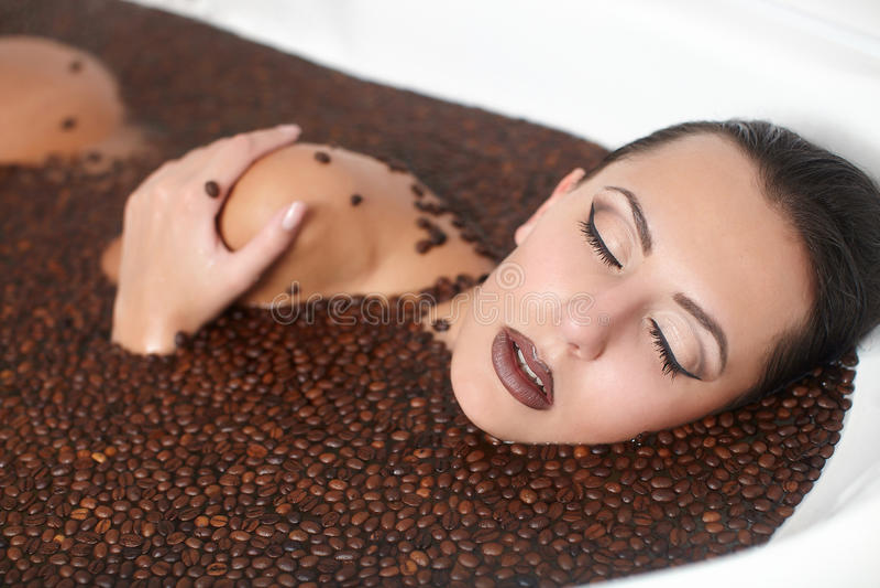 Mooi maniermeisje in Jacuzzi met koffie royalty-vrije stock afbeelding