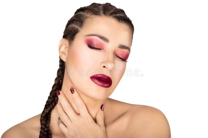 Mooi maniermeisje met gevlecht haar, rode wijnwijn, spijkers en oogschaduw Het concept van de schoonheidsmake-up royalty-vrije stock afbeeldingen