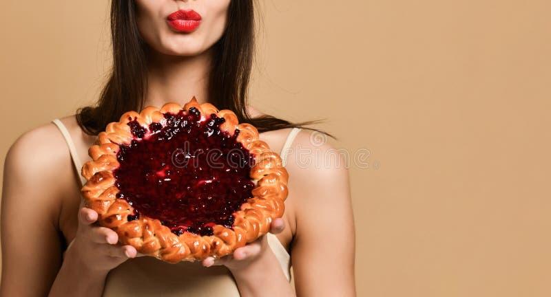 Mooi maniermeisje met heerlijke bessenpastei stock fotografie
