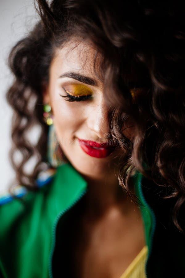 Mooi manierportret van brunette met krullend haar stock foto's