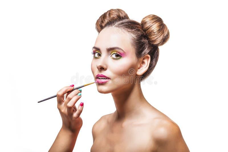 Mooi mannequinmeisje de van wie make-upkunstenaar make-up, l toepast royalty-vrije stock afbeelding