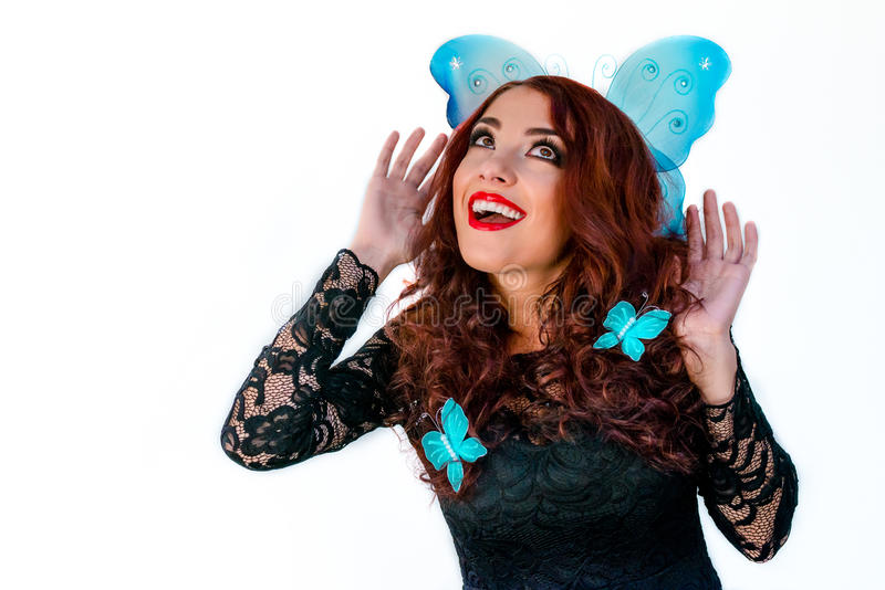 Mooi mannequinmeisje met blauwe vlinders in haar haar l royalty-vrije stock foto