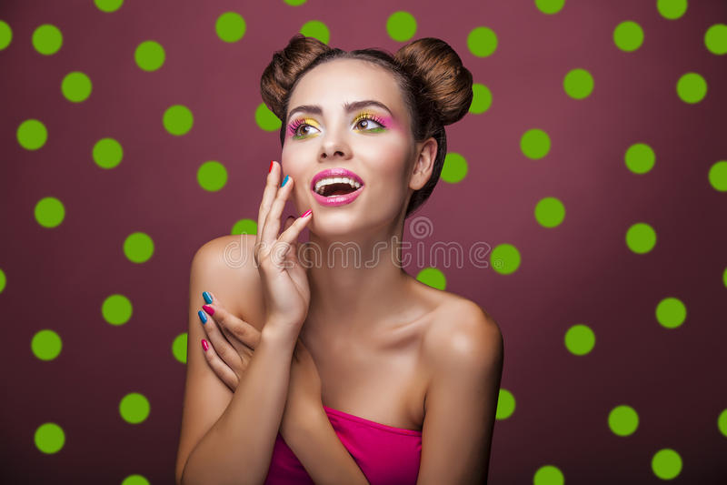 Mooi mannequinmeisje met heldere make-up en grappig haar o royalty-vrije stock afbeelding
