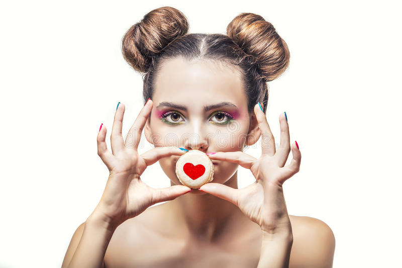 Mooi mannequinmeisje met zoete koekjes met harten op a stock foto's