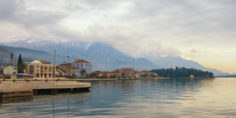 Mooi Mediterraan landschap op bewolkte de winterdag Montenegro, mening van dijk van Tivat-stad royalty-vrije stock afbeelding