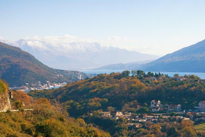 Mooi Mediterraan landschap op zonnige de winterdag Montenegro, mening van Baai van Kotor dichtbij de stad van Herceg Novi stock foto's