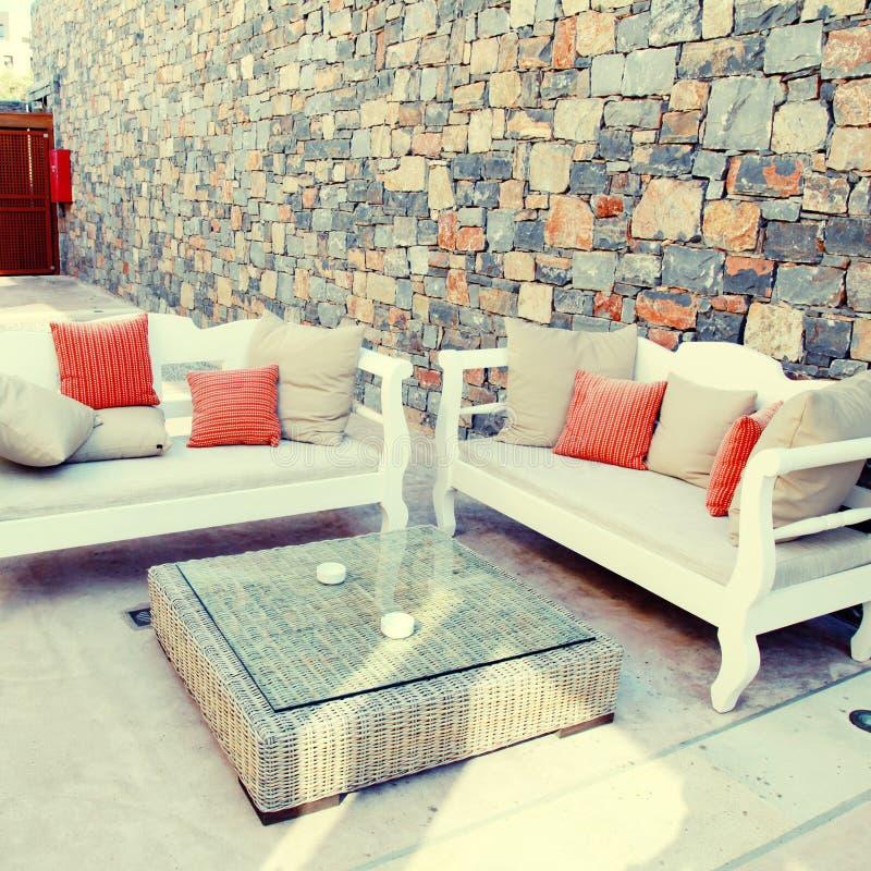 Mooi mediterraan terras met wit openluchtmeubilair (Greec stock foto's