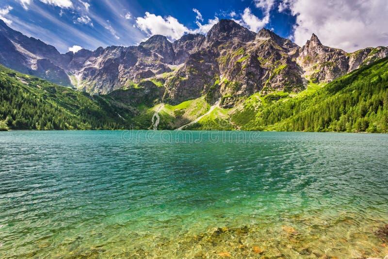 Mooi meer in de Tatra-Bergen bij zonsopgang stock foto's