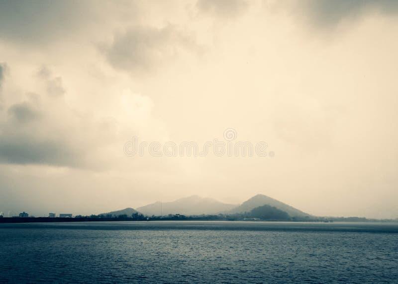 Mooi Meer en bergen backgorund landschap met wolken en hemel royalty-vrije stock foto