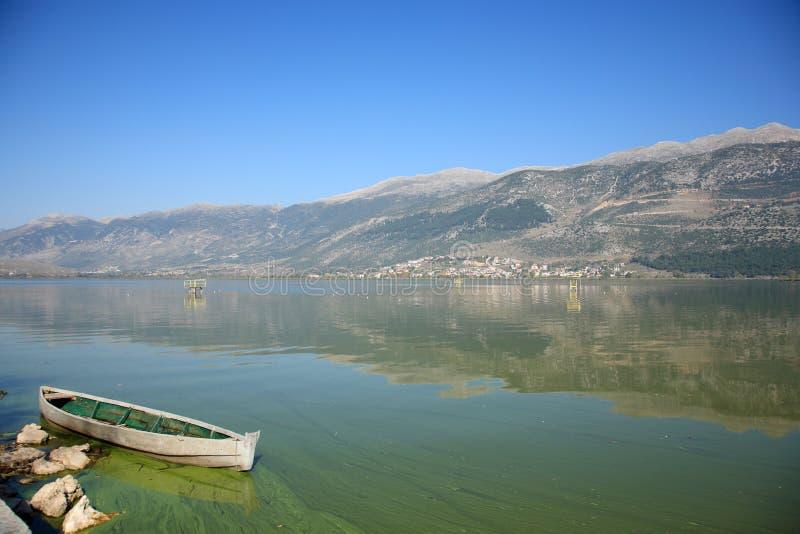 Mooi meer en een boot royalty-vrije stock foto