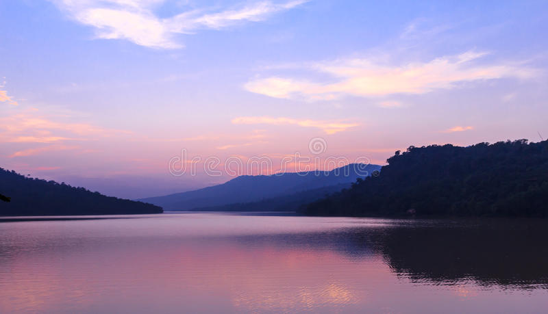 Mooi meer na zonsondergang stock afbeeldingen