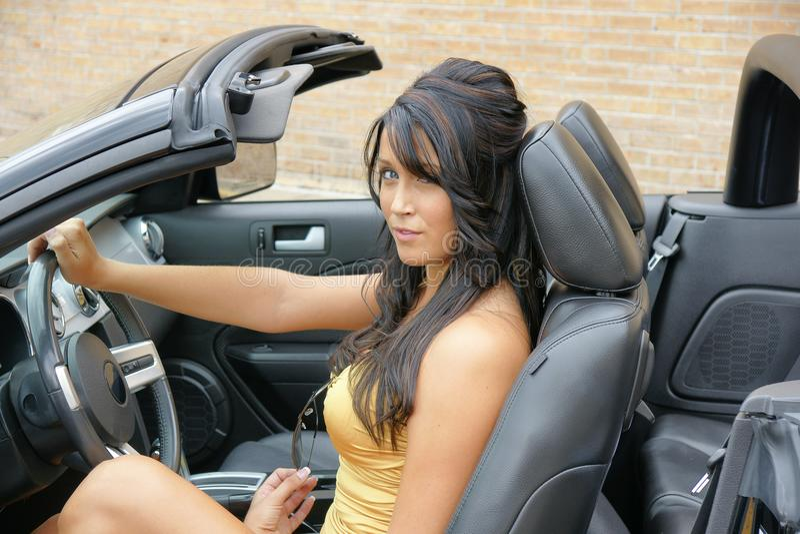 Mooi meisje achter het wiel in de sportwagen stock foto