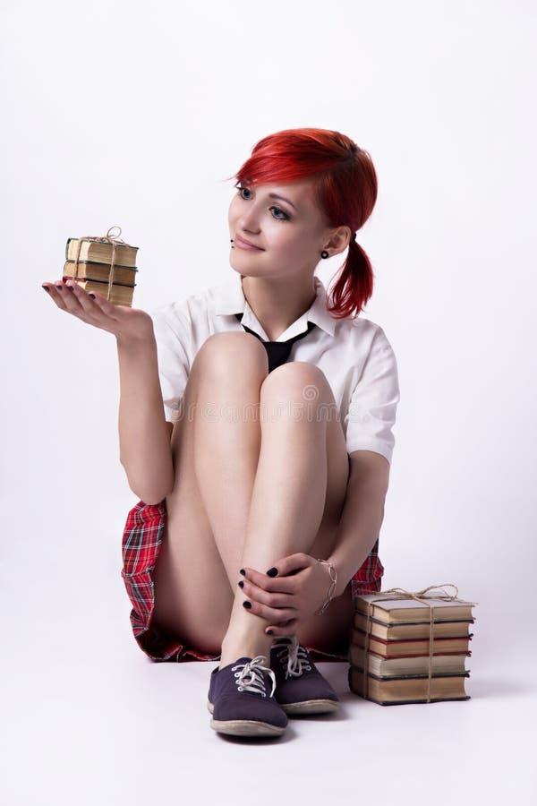 Mooi meisje in animestijl met stapels boeken royalty-vrije stock afbeelding