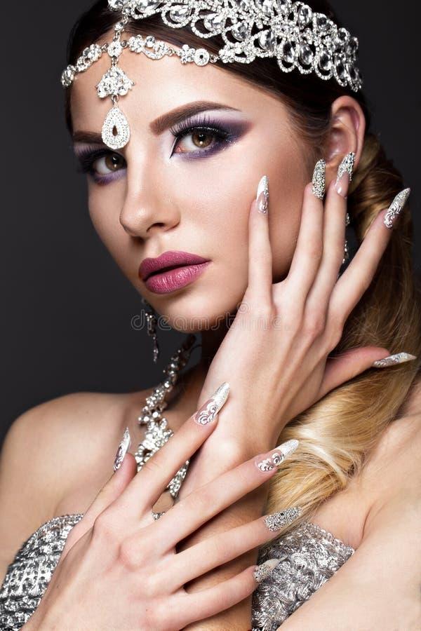 Mooi meisje in beeld van Arabische bruid met dure juwelen, oosterse samenstelling en bruids manicure Het Gezicht van de schoonhei royalty-vrije stock foto's