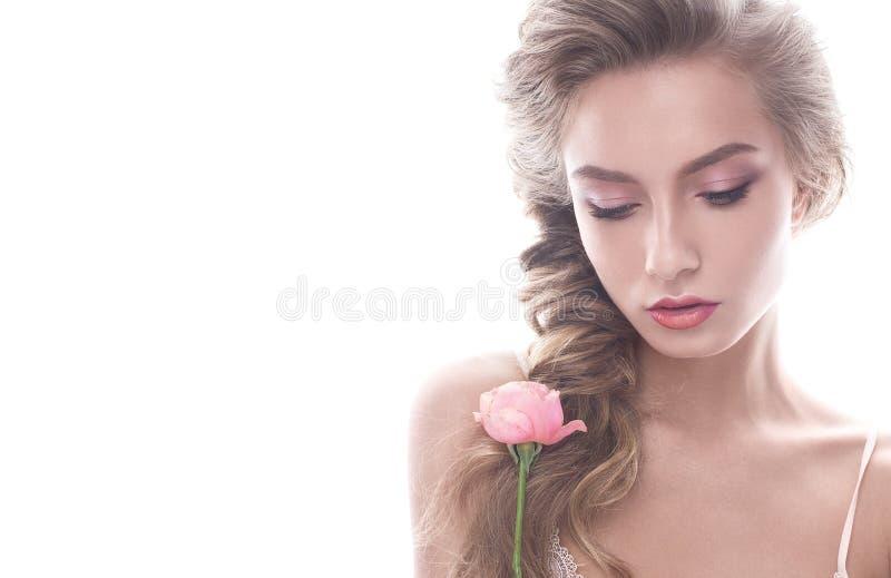 Mooi meisje in beeld van bruid met bloem Het model met naakte make-up en nam in haar hand toe royalty-vrije stock foto's