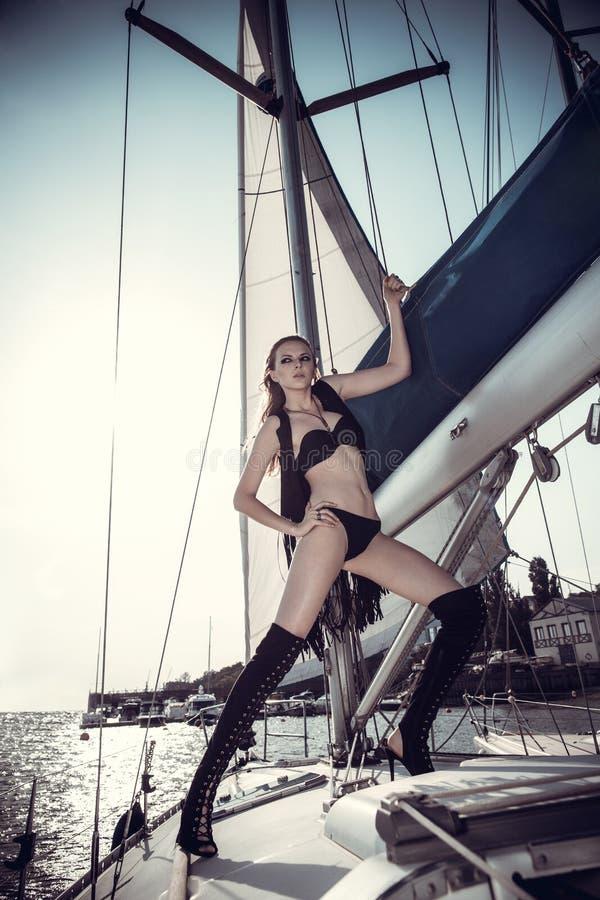 Mooi meisje in beeld van de piraat stock foto